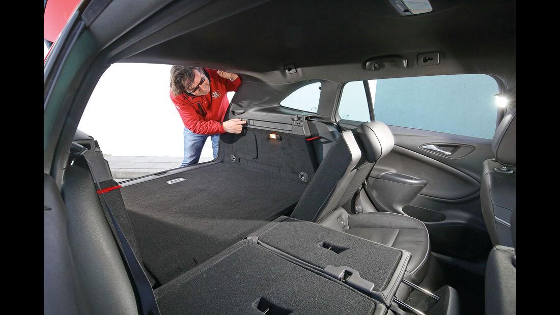 Opel Astra Sports Tourer, Rücksitze umklappen