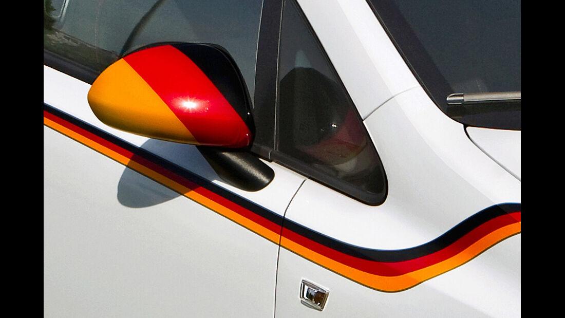 Opel Corsa Fußballweltmeisterschaft Außenspiegel Deutschlandfahne