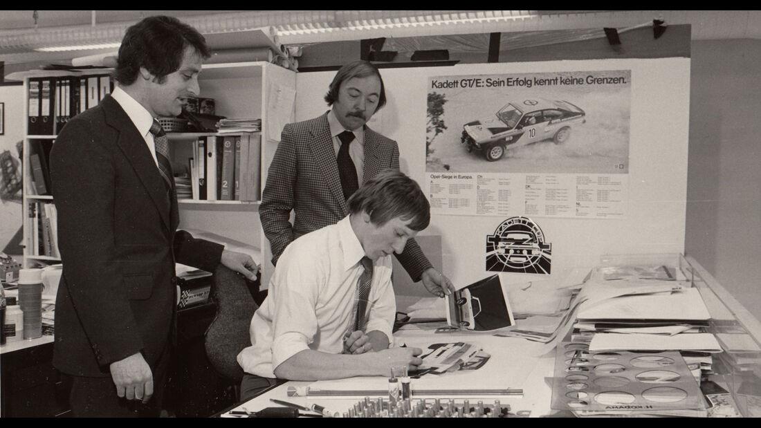 Opel-Designer George Gallion mit Kollegen im Designstudio