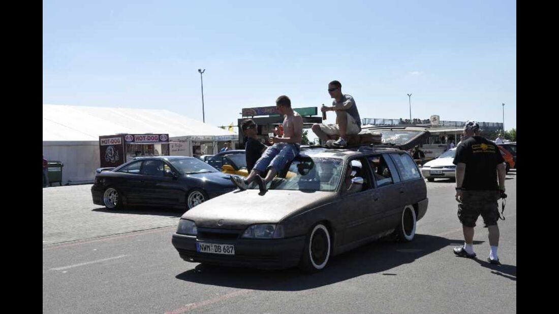 Opel Kadett E Kombi mit Leuten auf dem Dach