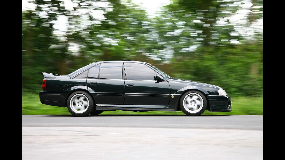 Opel Lotus Omega - Fahrtaufnahme Seitenansicht