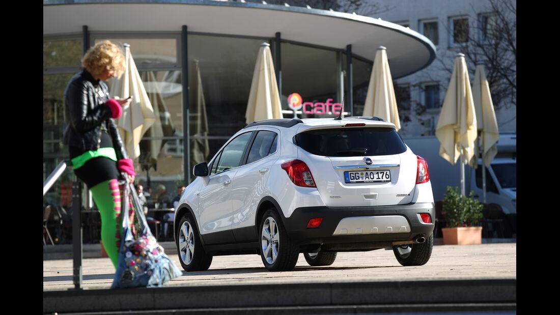 Opel Mokka 1.4 Turbo 4x4, Heckansicht, Einkauf