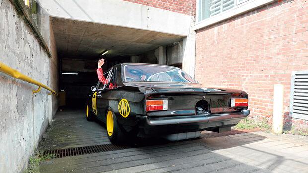 Opel Rekord C, Schwarze Witwe, Garageneinfahrt, Heckansicht