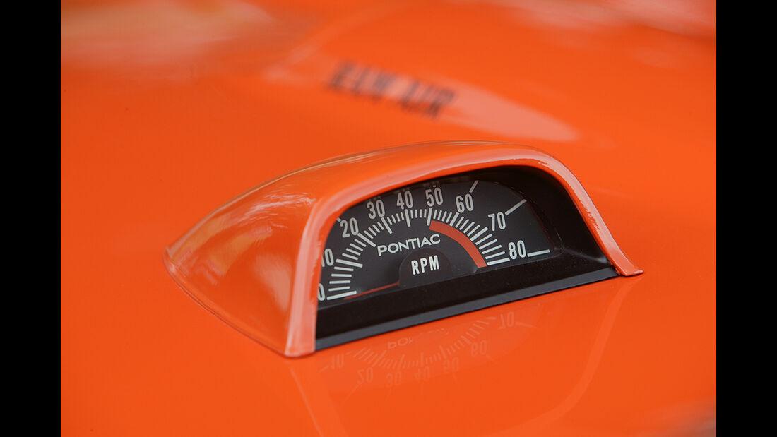 Orangener Pontiac GTO - Hutze auf der Motorhaube mit Drehzahlmesser
