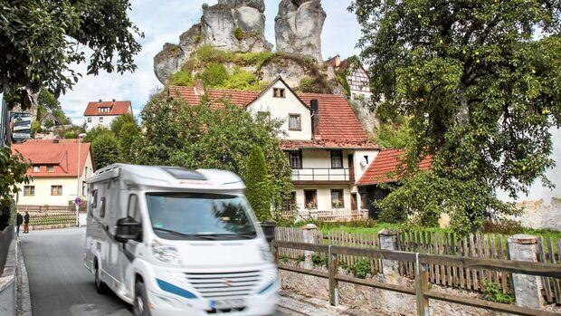 Ortsdurchfahrt durch das Dorf Tüchersfeld im Püttlachtal.