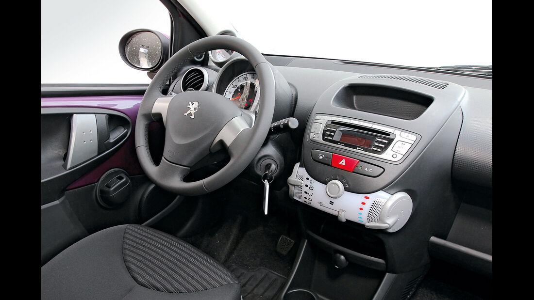 Peugeot 107 1.0 2-tronic, Cockpit, Lenkrad