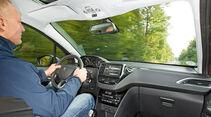 Peugeot 2008 e-HDi 115, Cockpit, Fahrersicht