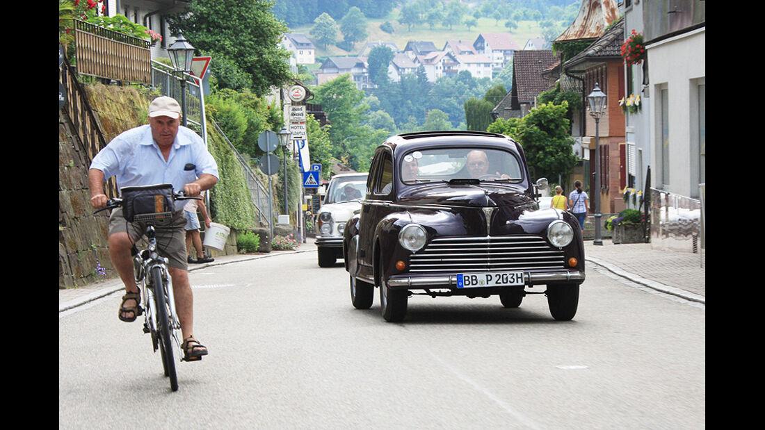 Peugeot 203 und Fahrradfahrer