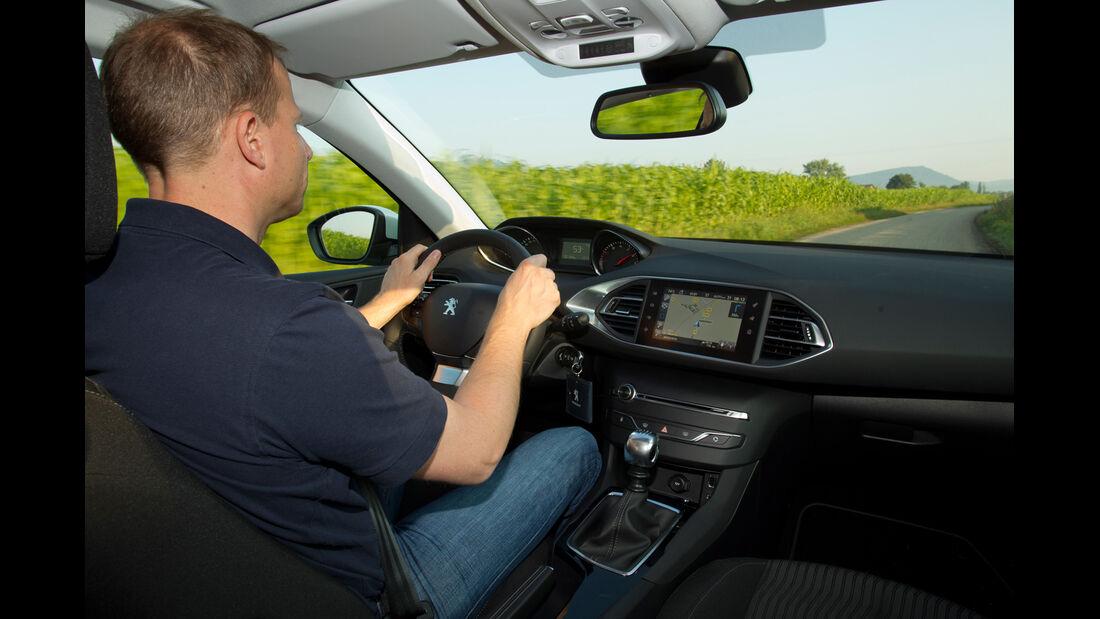 Peugeot 308 125 THP, Cockpit, Fahrersicht