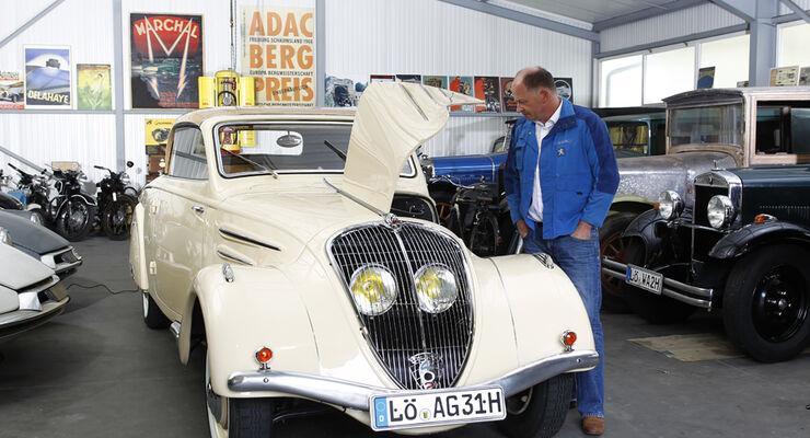 Peugot 402 Eclipse, Andreas Golz, Werkstatt, Garage, mehrere Fahrzeuge, Motorhaube