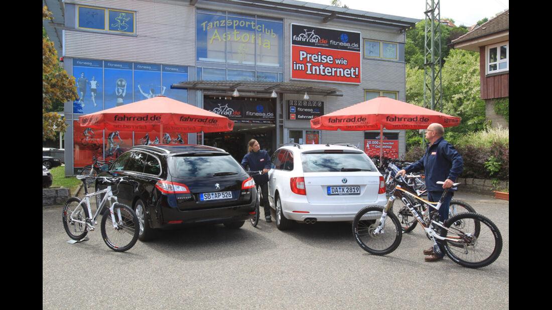 Peugot 508 SW HDi 165, Skoda Superb Combi 2.0 TDI, beide Fahrzeuge, Heckklappe geschlossen Fahrräder