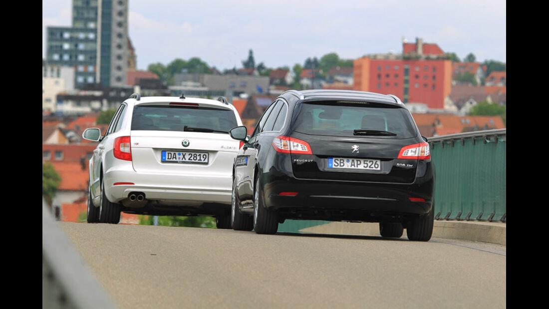 Peugot 508 SW HDi 165, Skoda Superb Combi 2.0 TDI, beide Fahrzeuge, Rückansicht, Heck