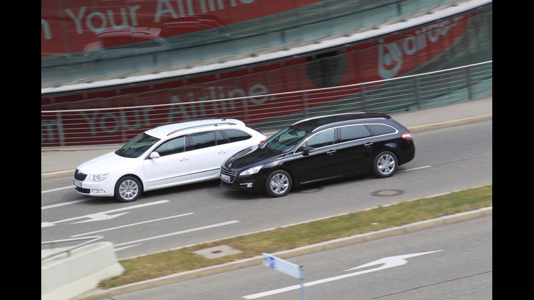 Peugot 508 SW HDi 165, Skoda Superb Combi 2.0 TDI, beide Fahrzeuge, Seitenansicht