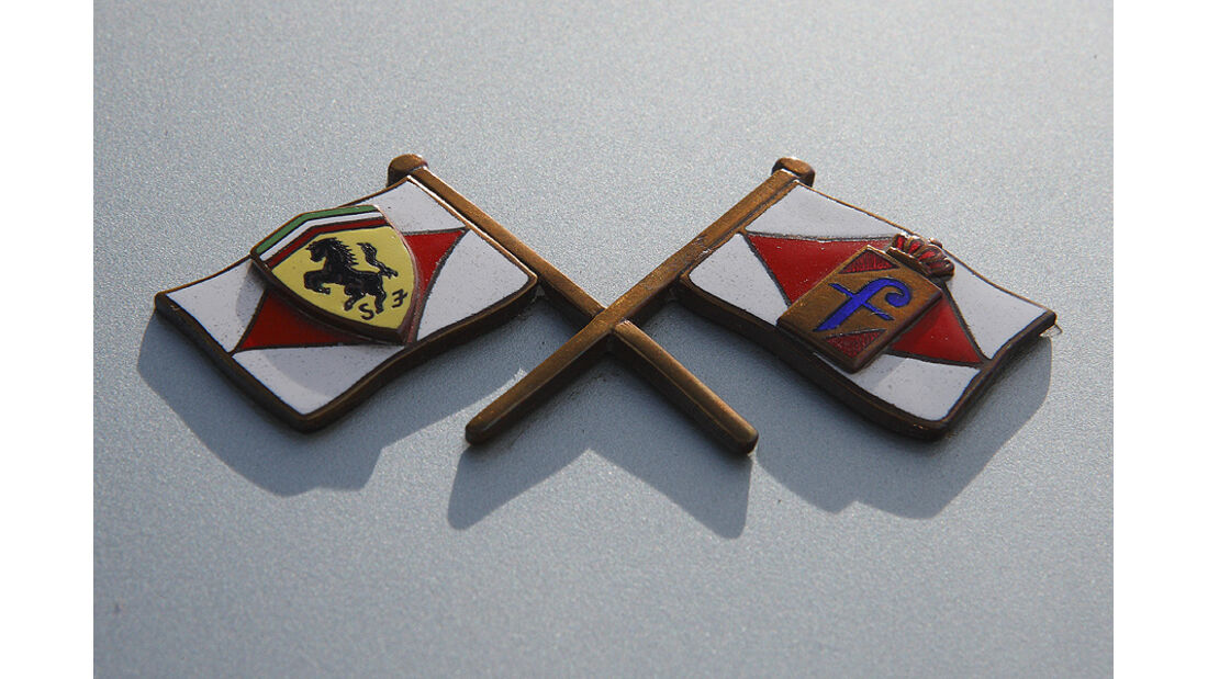 Pininfarina-Logo am Ferrari 400 Superamerica Aerodinamico Coupé