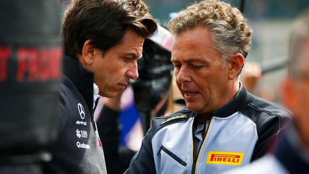Pirelli-Sportchef Mario Isola & Toto Wolff - 2018