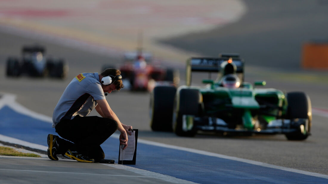 Pirelli-Techniker - Bahrain - Formel 1 Test - 2014