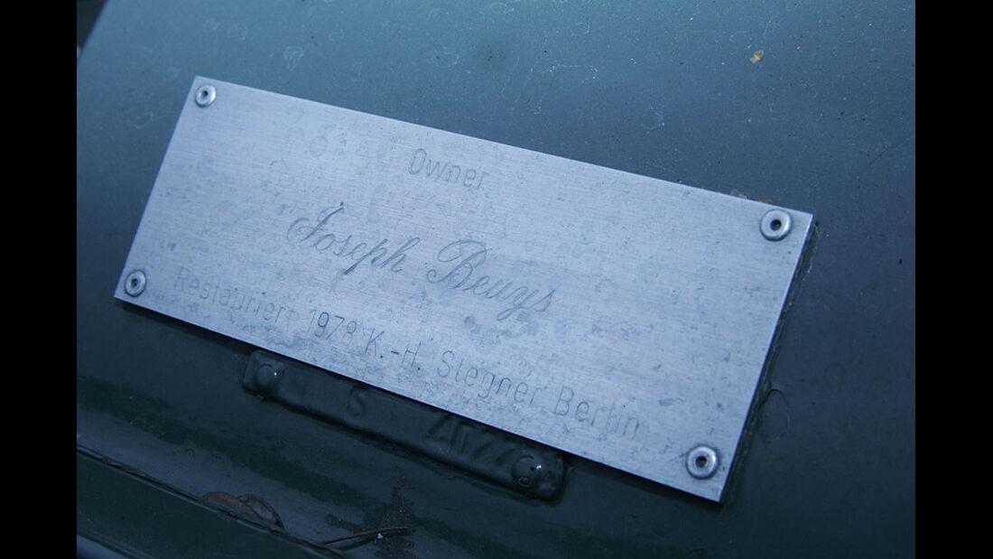 Plakette am Bentley S1, die Joseph Beuys als den damaligen Besitzer ausweist.