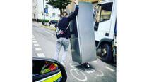 Polizei Berlin: Kühlschrank-Transport mit Elektroroller