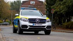 Polizei Hamburg: Auf Streife mit der Brennstoffzelle von Mercedes-Benz: Polizeipräsident Ralf Martin Meyer übernimmt den weltweit ersten Funkstreifenwagen mit Brennstoffzelle- und Batterieantrieb von Mercedes-Benz.