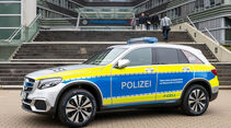 Polizei Hamburg: Auf Streife mit der Brennstoffzelle von Mercedes-Benz: Polizeipräsident Ralf Martin Meyer übernimmt den weltweit ersten Funkstreifenwagen mit Brennstoffzelle- und Batterieantrieb von Mercedes-Benz.Hamburg Police: On patrol with the fue