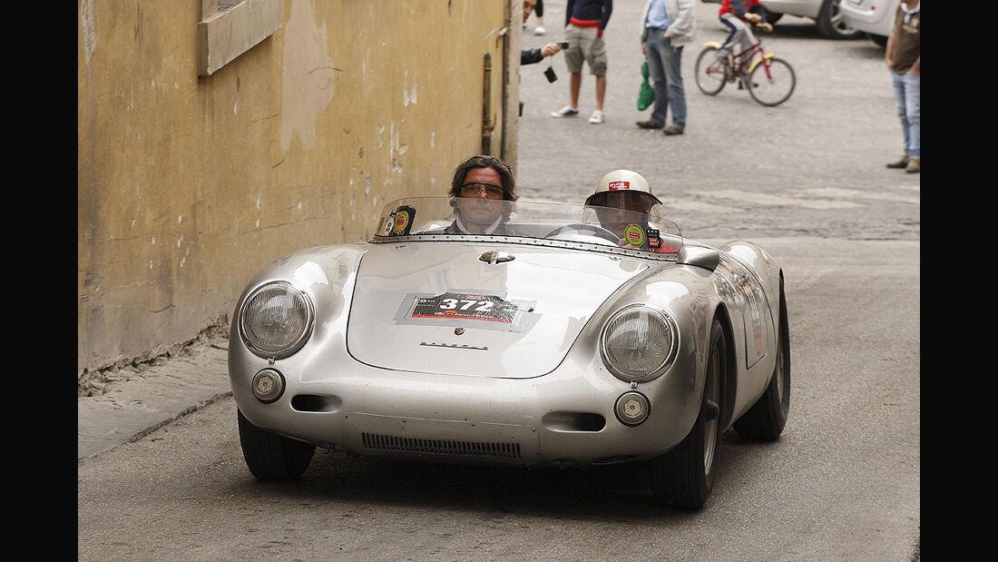 Porsche 550 Spyder bei der Mille Miglia 2009 mit Christian Geistdörfer (links) und Motor-Klassik-Redakteur Hans-Jörg Götzl.