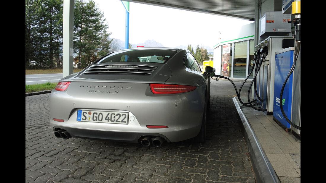 Porsche 911 Carrera S, Heckansicht, Tankstelle