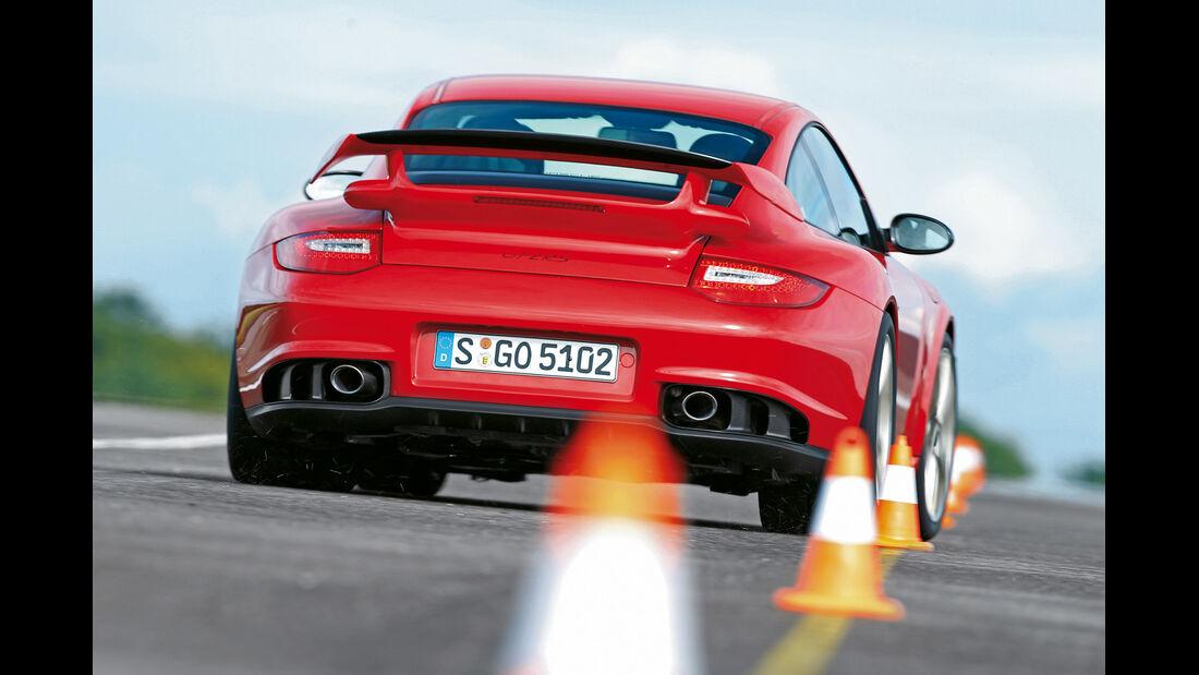 Porsche 911 GT2 RS, Heckansicht, Slalom
