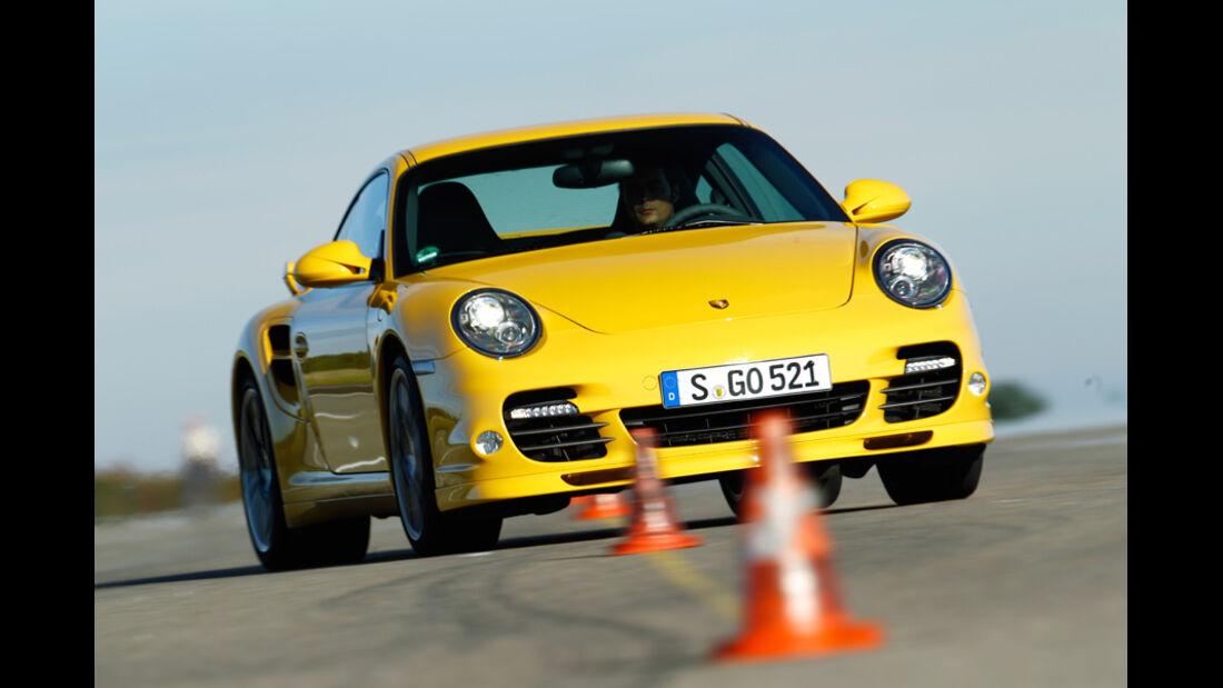 Porsche 911 Turbo S, Frontansicht, Slalom