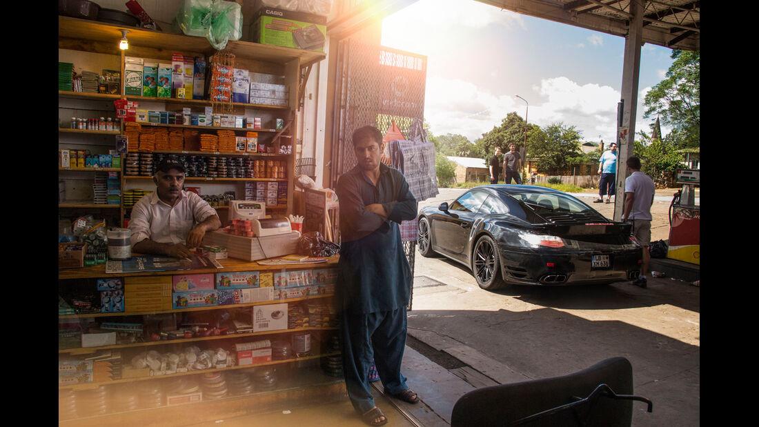 Porsche 911 Turbo, Tankstelle