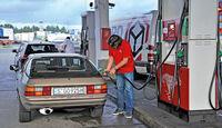 Porsche 924, Heckansicht, Tankstelle