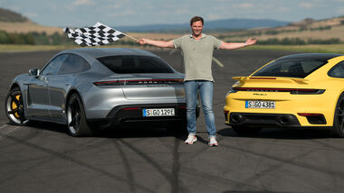 Porsche Drag Race 911 Turbo S Taycan Turbo S