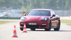Porsche Panamera GTS, Frontansicht, Slalom