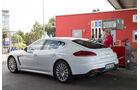 Porsche Panamera S E-Hybrid, Seitenansicht, Tanken