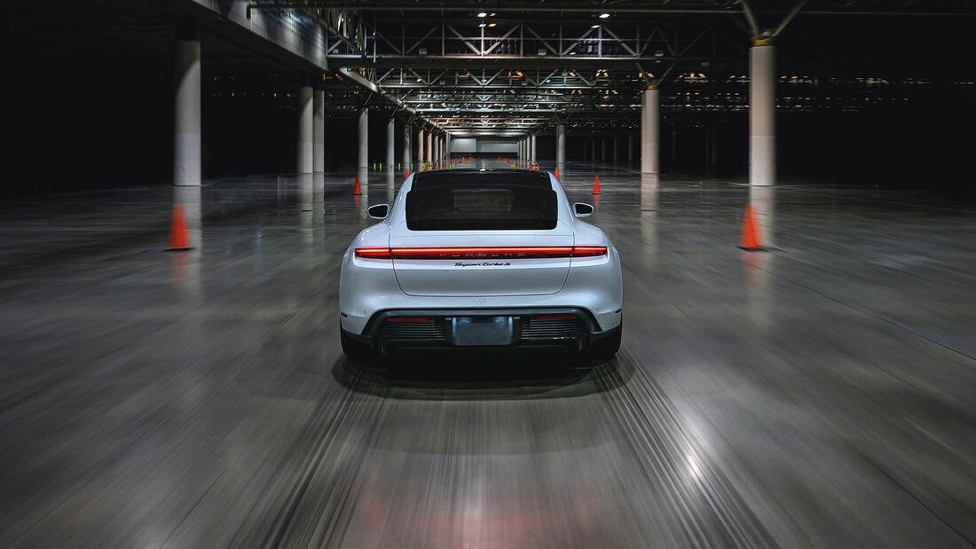 Porsche Taycan Turbo S beim Hallen-Sprint-Guinness-Weltrekord mit Leh Keen