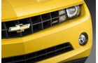 RS-Logo im Frontgrill des Chevrolet Camaro