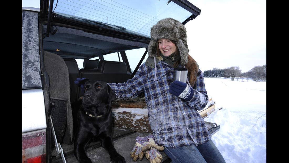 Range Rover 4.2, Schnee, Kofferraum, Malanie mit Hund Anna