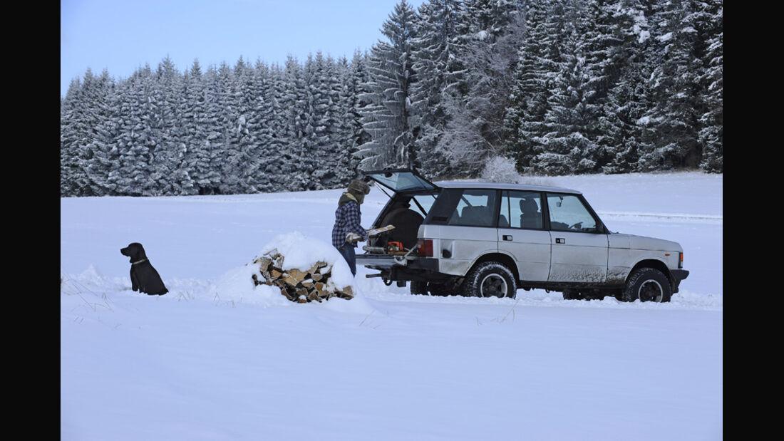 Range Rover 4.2, Seitenansicht, Melanie mit Hund Anna, Schnee
