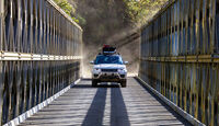 Range Rover auf Brücke