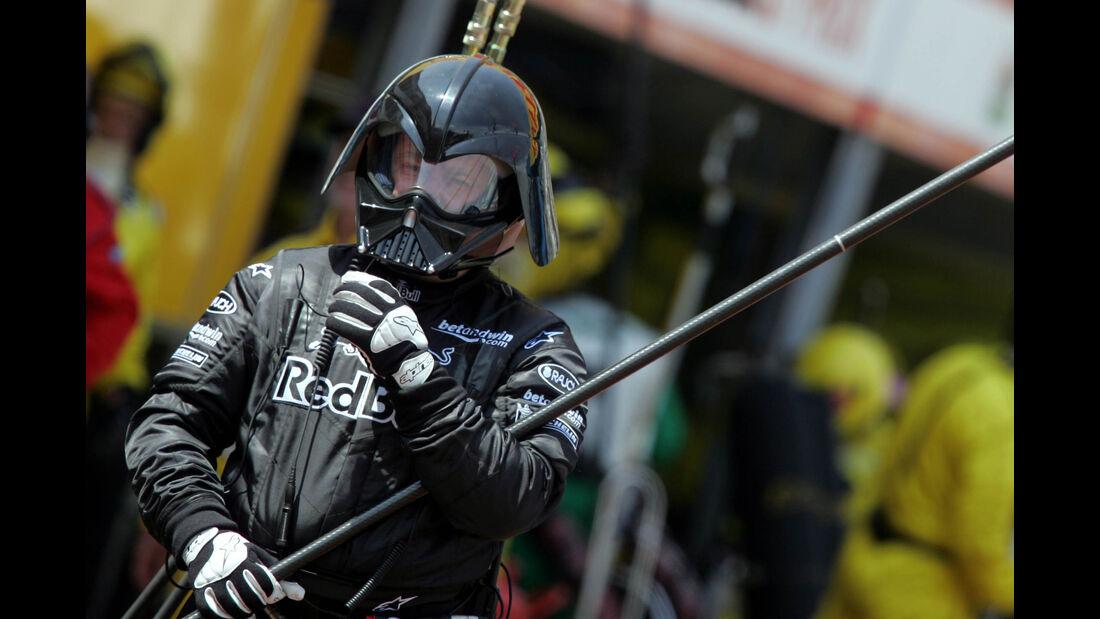 Red Bull - 2005 - Mechaniker - Helme - Formel 1