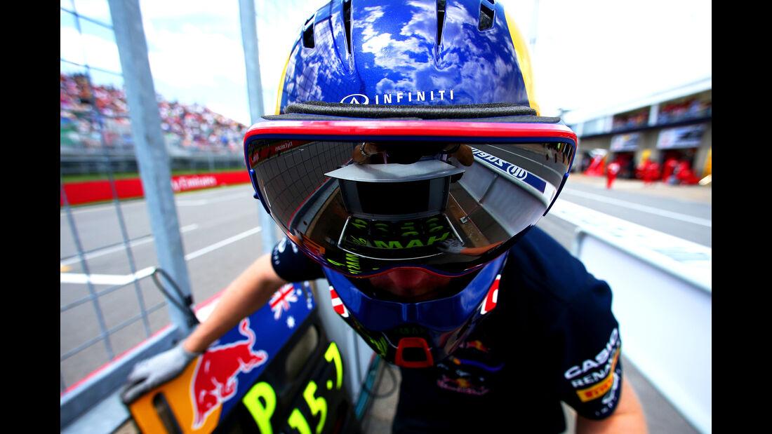 Red Bull - 2014 - Mechaniker - Helme - Formel 1