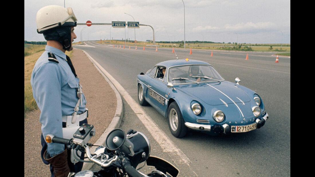 Renault Alpine A 110 mit Polizist