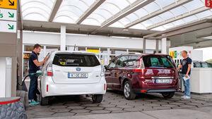Renault Gr. Scénic 1.5 dCi Dynam., Toyota Prius Plus Life, Heckansicht, Tankstelle
