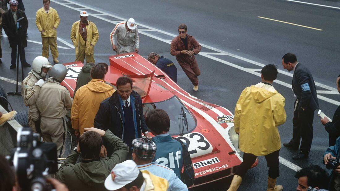 Richard Attwood links neben Hans Herrmann im Porsche Museum