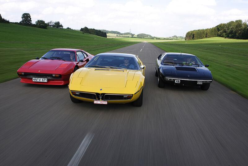Roter Ferrari 308 GTB, gelber Maserati Bora 4.7 und schwarzer Lamborghini Urraco P 300 in Fahrt - von vorne