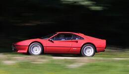 Roter Ferrari 308 GTB in Fahrt - Seitenansicht