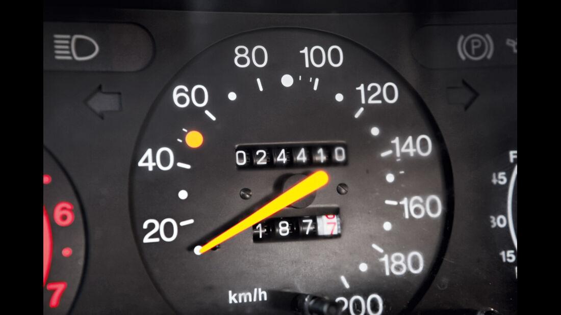 Saab 900, Tacho