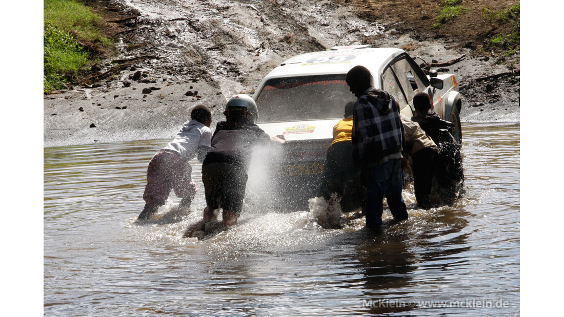 Safari-Revival Ostafrika, Wasserdurchfahrt, Anschieben, Helfer