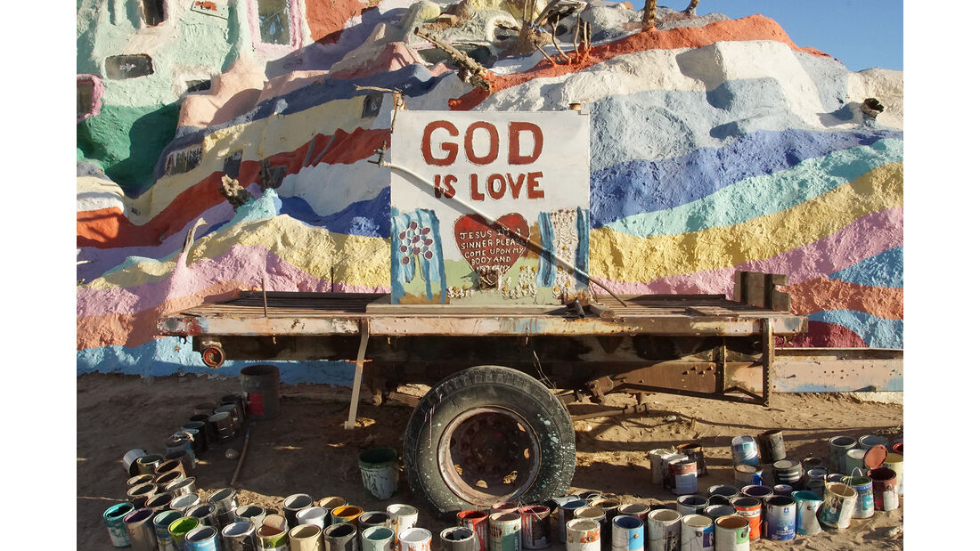 Salvation Mountain Cars, God-is-Love-Anhänger