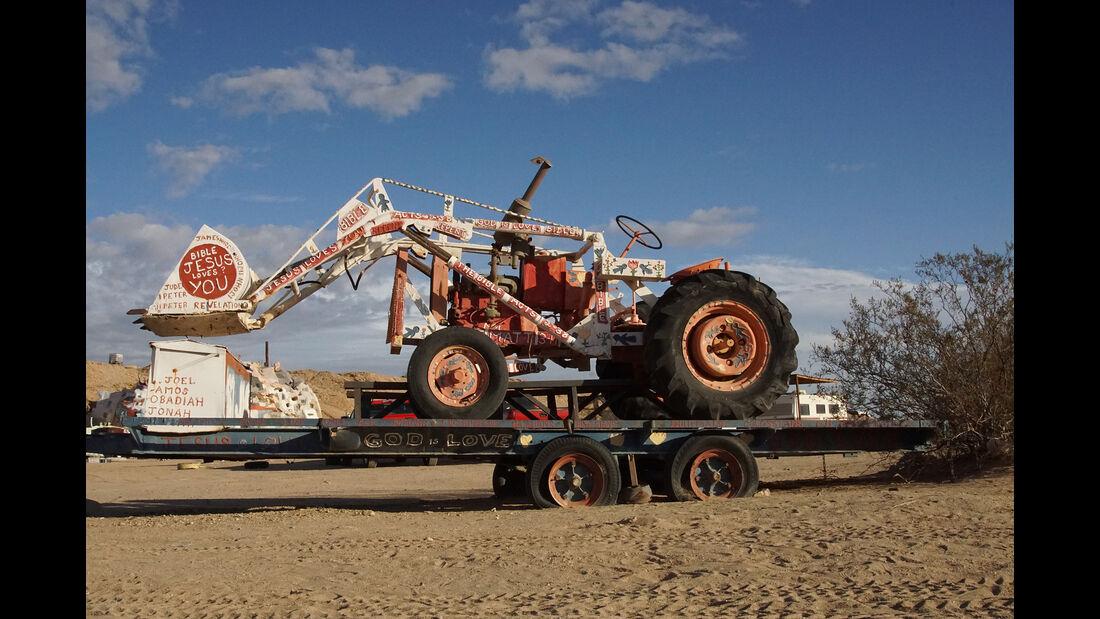 Salvation Mountain Cars, Traktor