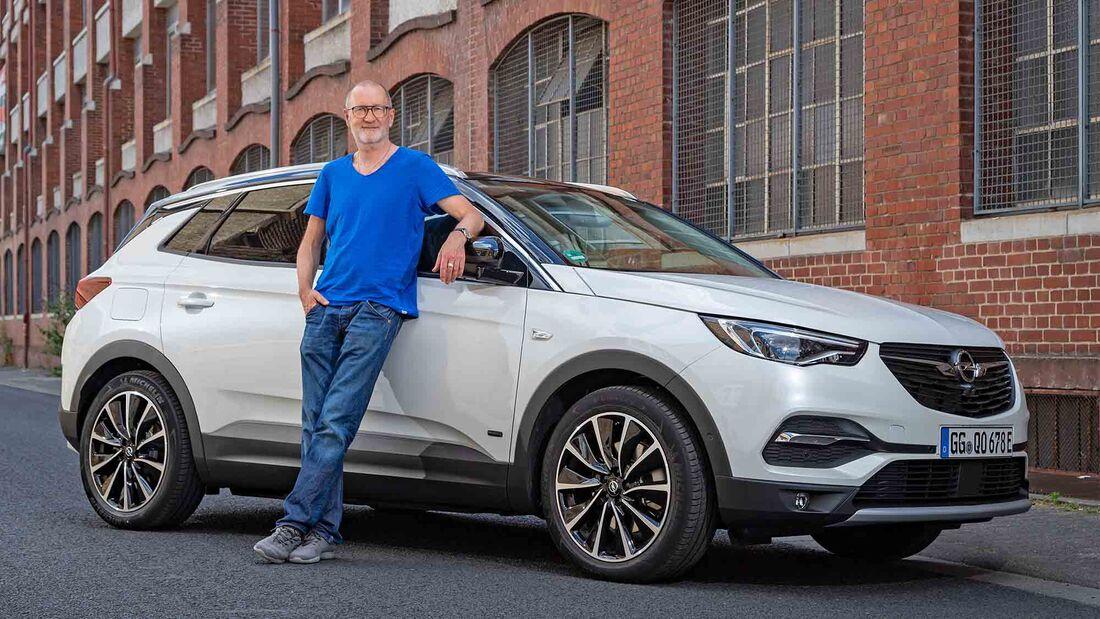 Schauspieler Peter Lohmayer holt sich seinen neuen Opel Grandland Hybrid ab